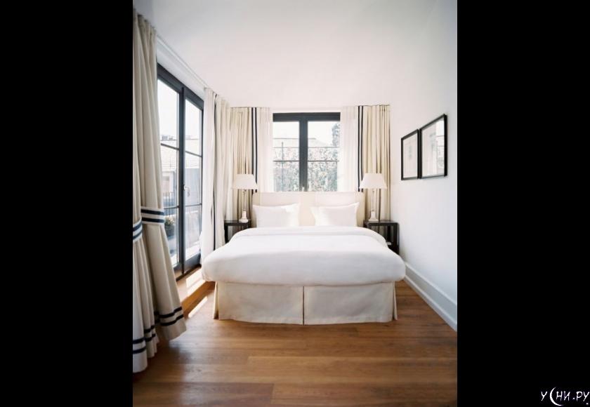 Разместите кровать перед окном. Перед очень большим окном.