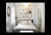 Маленькую спальню легко перегрузить мебелью и даже элементами декора. Смотрите, как можно избежать этого.